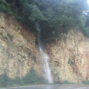 Водопады у дорог во время ливня